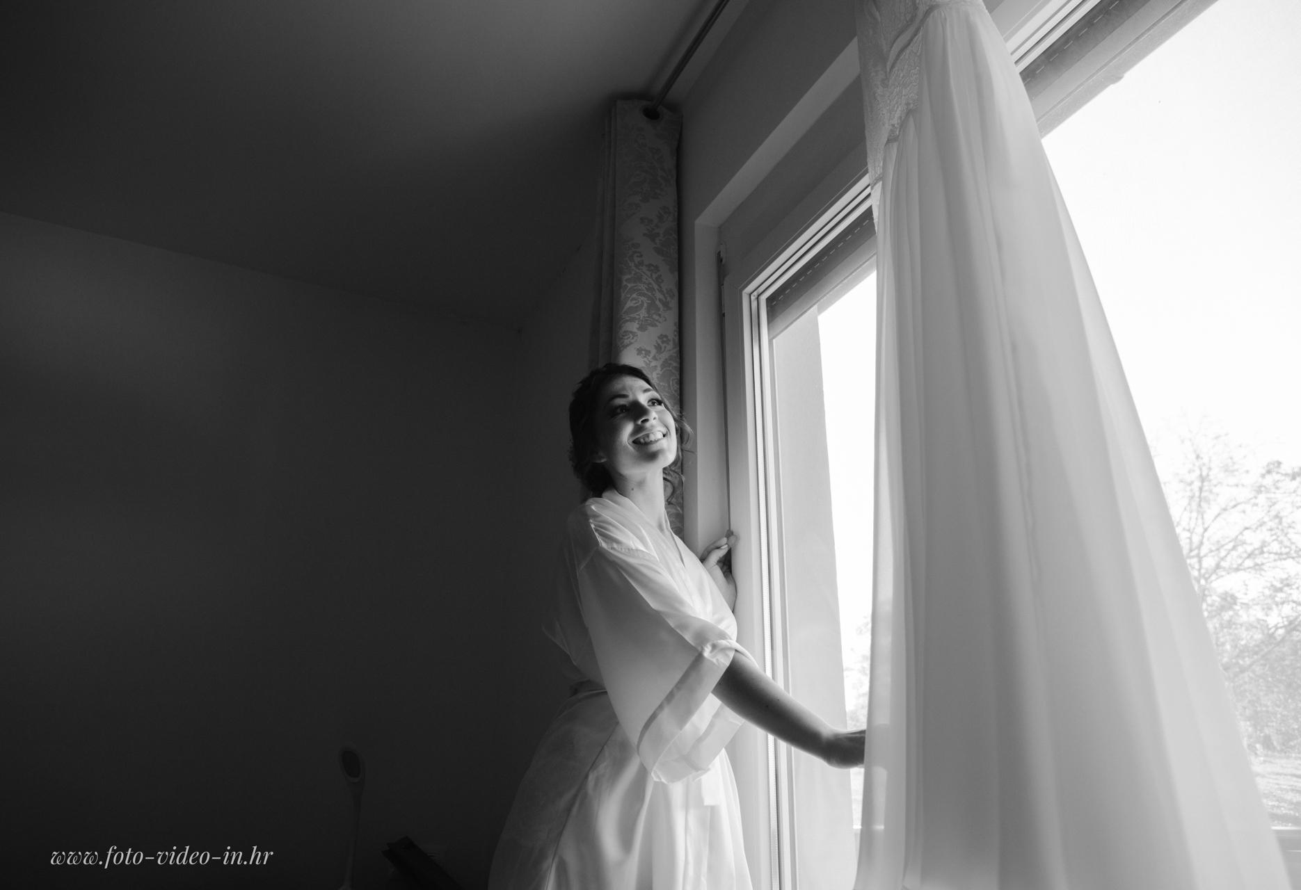 mladenka uz prozor
